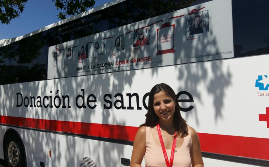 Elena, a pie de un autobús de donación de sangre